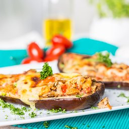 <span>Stuffed aubergine with vine tomatoes from the oven</span><i>→</i>